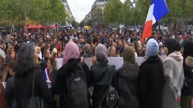 """الآلاف يقولون """"كفى للإسلاموفوبيا"""" بفرنسا"""